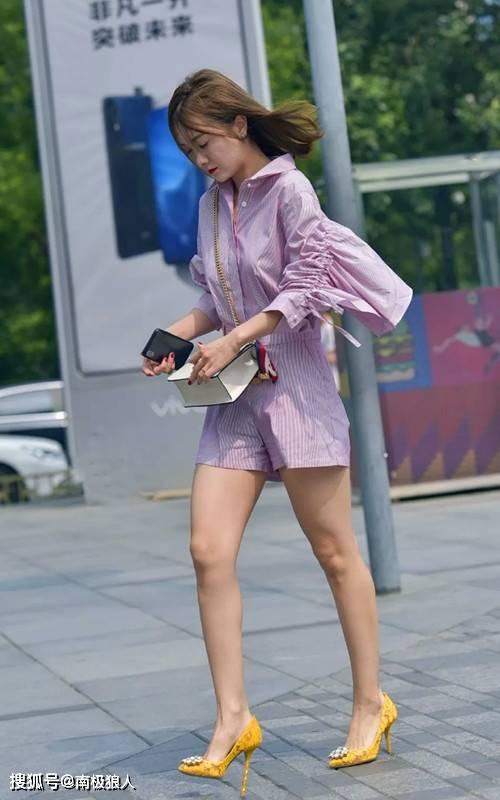 夏季美女让自己在街头脱颖而出,穿搭高跟鞋塑形时尚,高调一夏