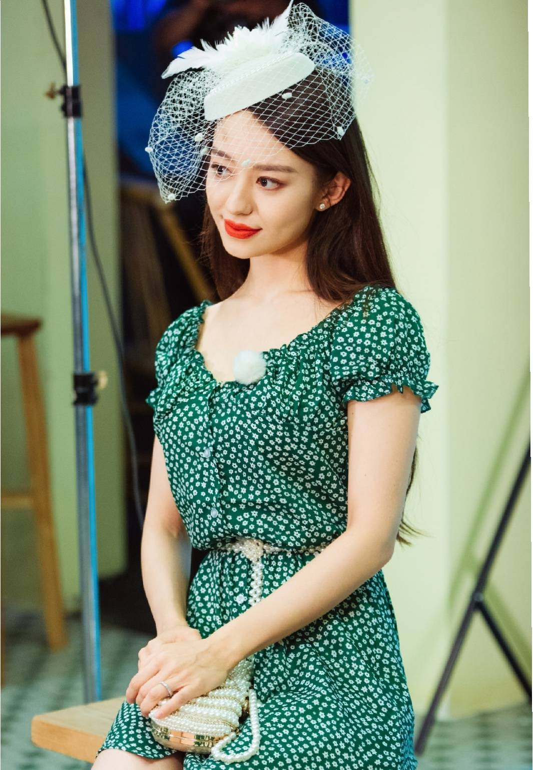 原创             吉娜美翻了,绿色碎花裙配白色网纱帽,打造复古名媛风