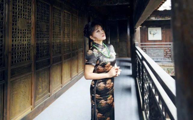 """刘晓庆""""逆生长""""?65岁穿旗袍蜂腰瞩目,状态年轻让人难以相信"""