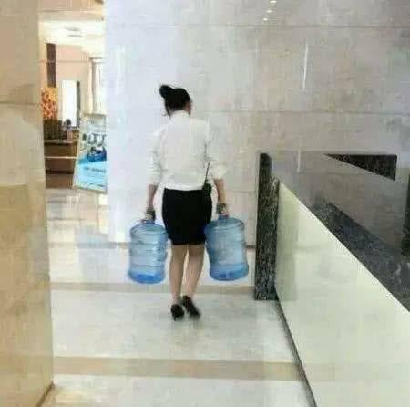 爆笑gif图:媳妇一手提一桶水,力气可真大啊