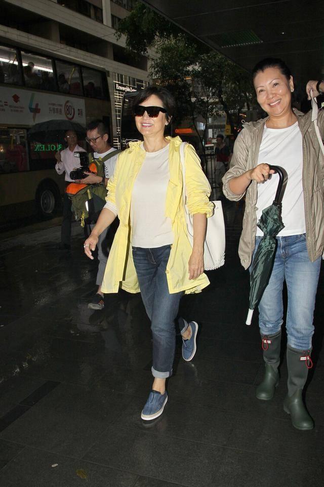 原创林青霞老了很优雅,打扮的也很时髦,穿牛仔裤还露脚踝!