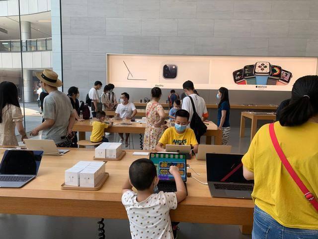 重庆观音桥苹果直营店实地探访,组团进来充电蹭凉,还赚不赚钱?
