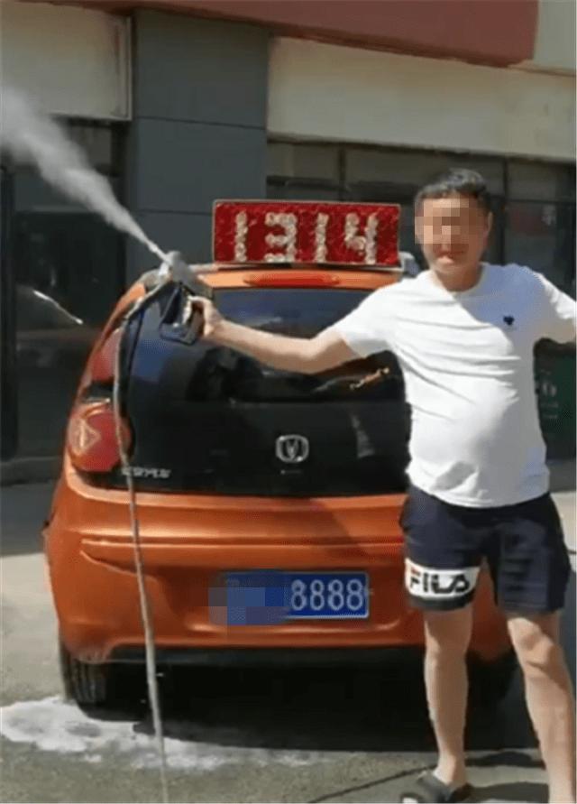 """原""""拉风""""国产车长安CX20落地才6万,却挂了8888卡,卡值6位数"""