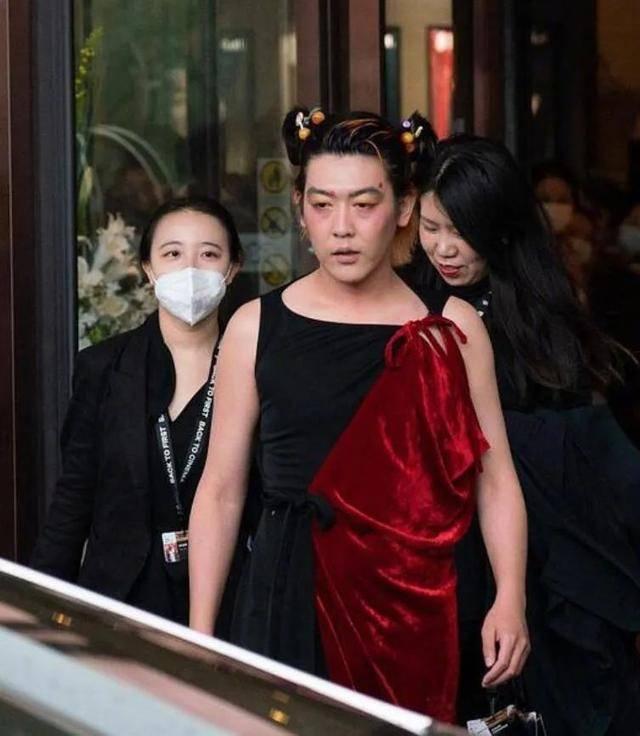 姜思达身穿露背长裙,性感且有力量