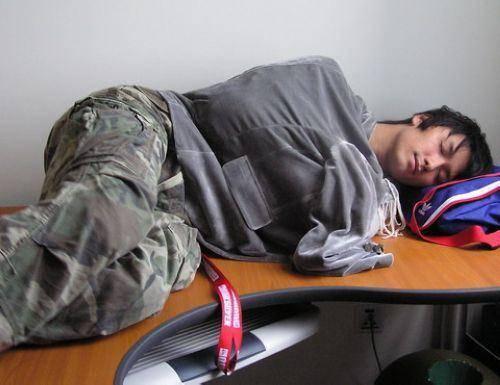 """晚上经常""""骑着""""枕头睡更护腰?睡觉起来长期腰痛,要选对睡姿"""