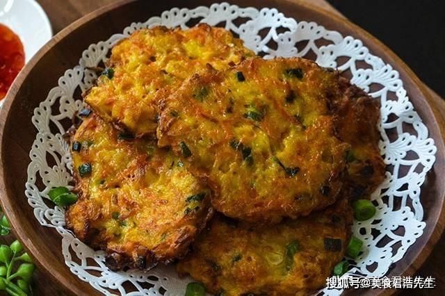 简单营养的早餐,土豆胡萝卜煎饼这样做,外酥里嫩,咬一口超满足