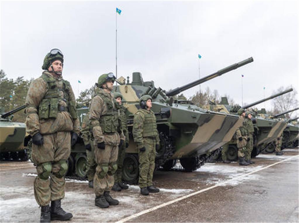 昔日兄弟反目成仇,大批俄军坦克开向边境,美警告:敢动手就开战?