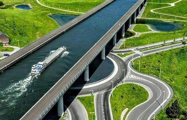 """德国""""水桥"""",一座为轮船建造的桥,只"""