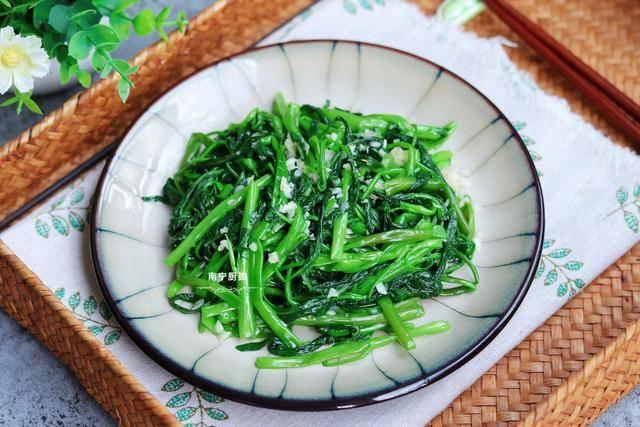 空心菜怎么做才好吃?教你一招,做出来翠绿爽口不发黄,比肉好吃