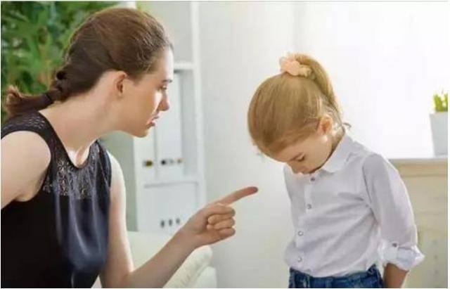 原创7岁女孩商场偷扭蛋球,亲妈报警!当妈的这样做真的好吗?