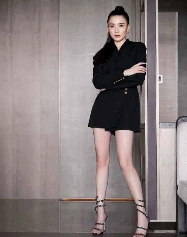 """宋佳身材太好!穿黑色西装裙秀""""牛奶腿"""",网友:又长又直像假腿"""