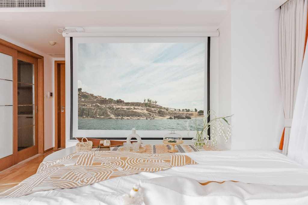 原创成都超清视野民宿,身后是超大落地窗,晚上还能躺在床上看大片