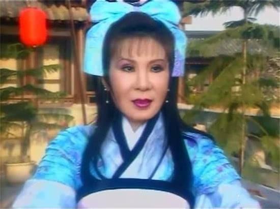 杨紫拍美妆广告,穿泡泡袖打扮少女,下巴太尖脸长被嘲像西门大妈