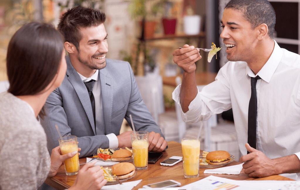周末外出碰到领导自己用餐,多数人默默走掉,高手告诉怎么做