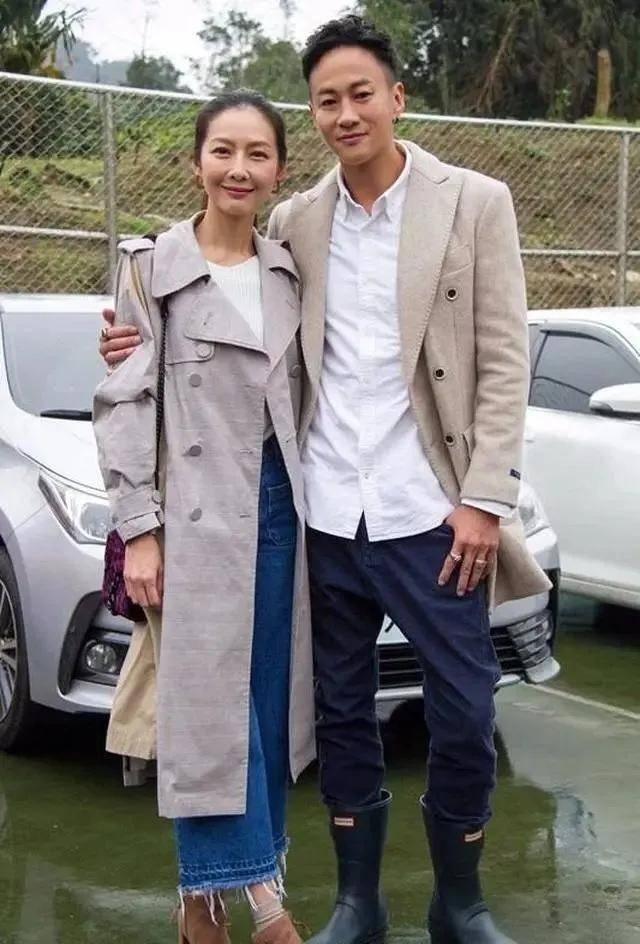 何润东小8岁老婆颜值身材俱佳,穿卡其色大衣配白T恤,气质太高级