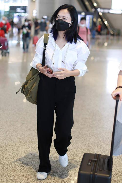 姚晨穿绿裙现身机场,肚子胀鼓鼓的,有了中年大妈感!