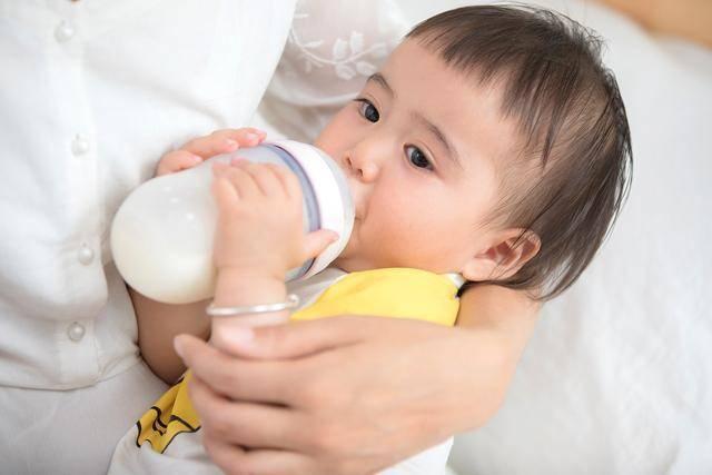原创1岁孩子每天喝1000毫升牛奶,基本不吃饭,营养师:妈妈喂错了
