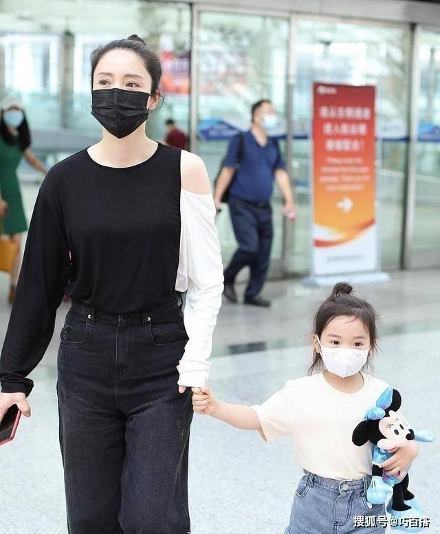 与女儿小酒窝现身机场。董璇身