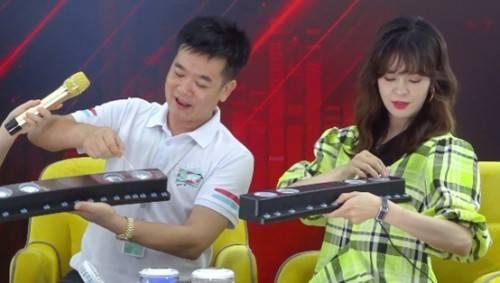 索爱董事长刘建佳先生和郁可唯一起组装音箱产品