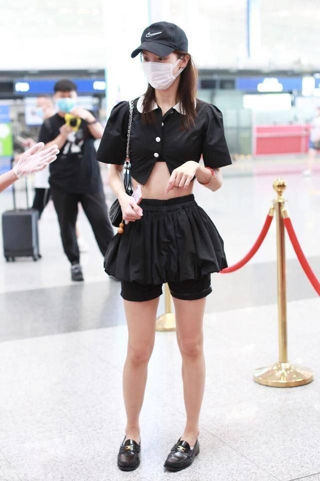金晨人美任性穿!衬衫穿半截就算了,短裙还比裤短,一般人真别学