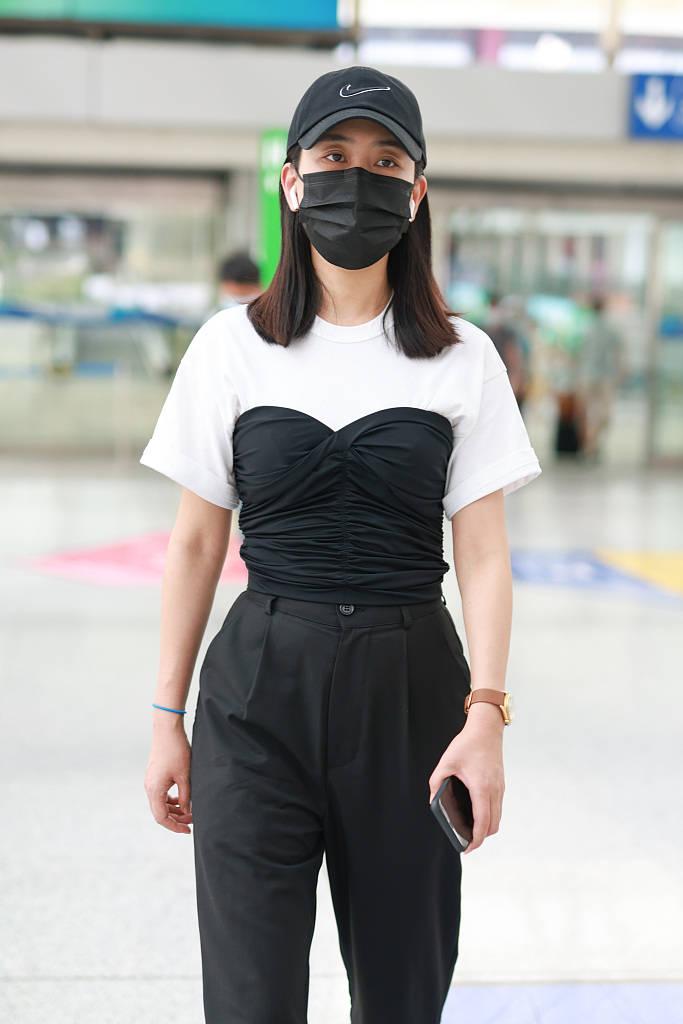 马苏黑白简约造型亮相,黑色抹胸拼接秀细腰,素颜出镜略显无神