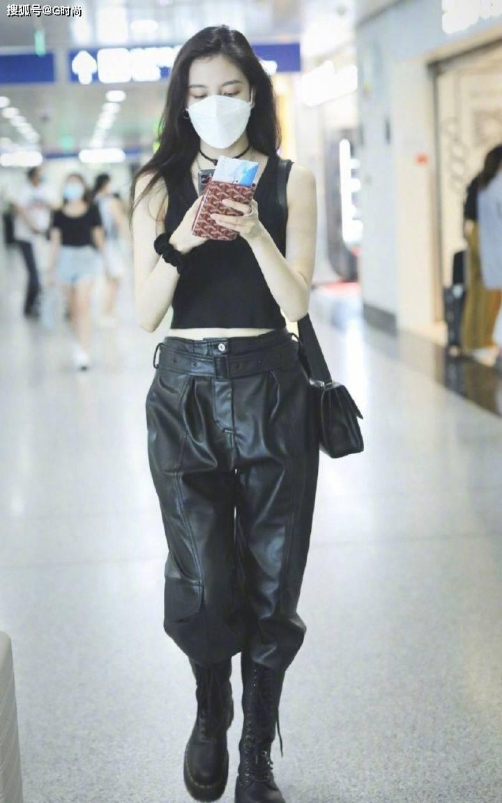 原创李宇春穿皮裤的腿惹人羡慕,但炎热的天气,还是建议你们穿皮短裤