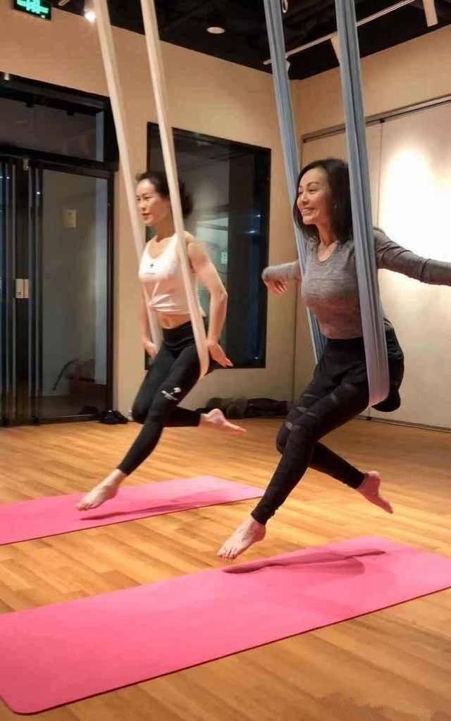 王琳晒瑜伽照,素颜看起来满脸褶子却很有气质,自然脸还是好看