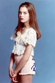 她被评美国最美的女人,10岁被妈妈带去《花花公子》拍照,没下限