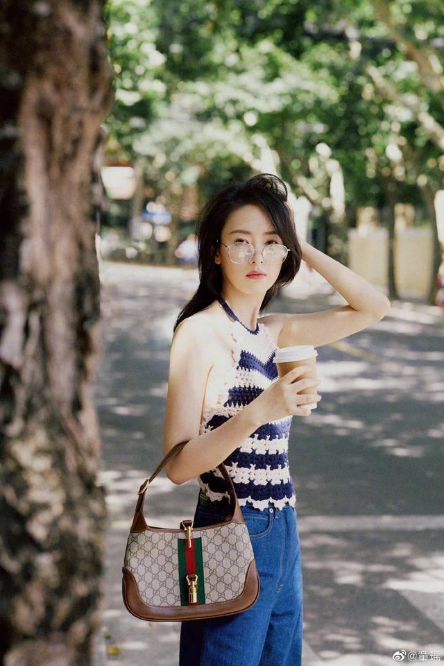 童瑶太会穿!编织吊带配牛仔蓝长裤,尽显文艺感美如少女