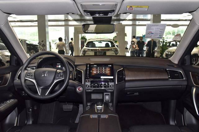 在本田轿车系统中,皇冠大道的内饰设计