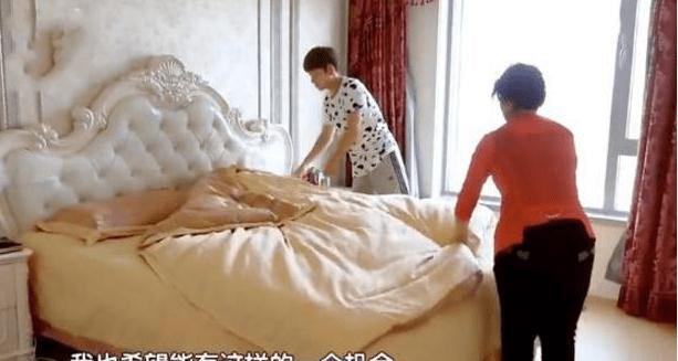 明星陈翔真正的家,家具是欧式风格,卧室墙纸很显眼。 长得像