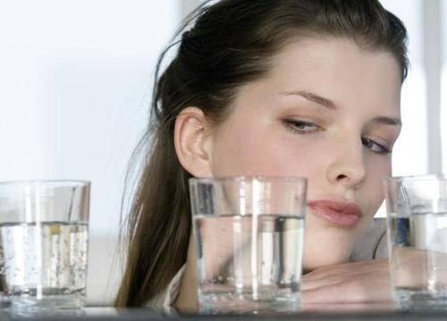 喝水多会伤肾?一天内不停上厕所和很少去厕所的人,谁更健康?