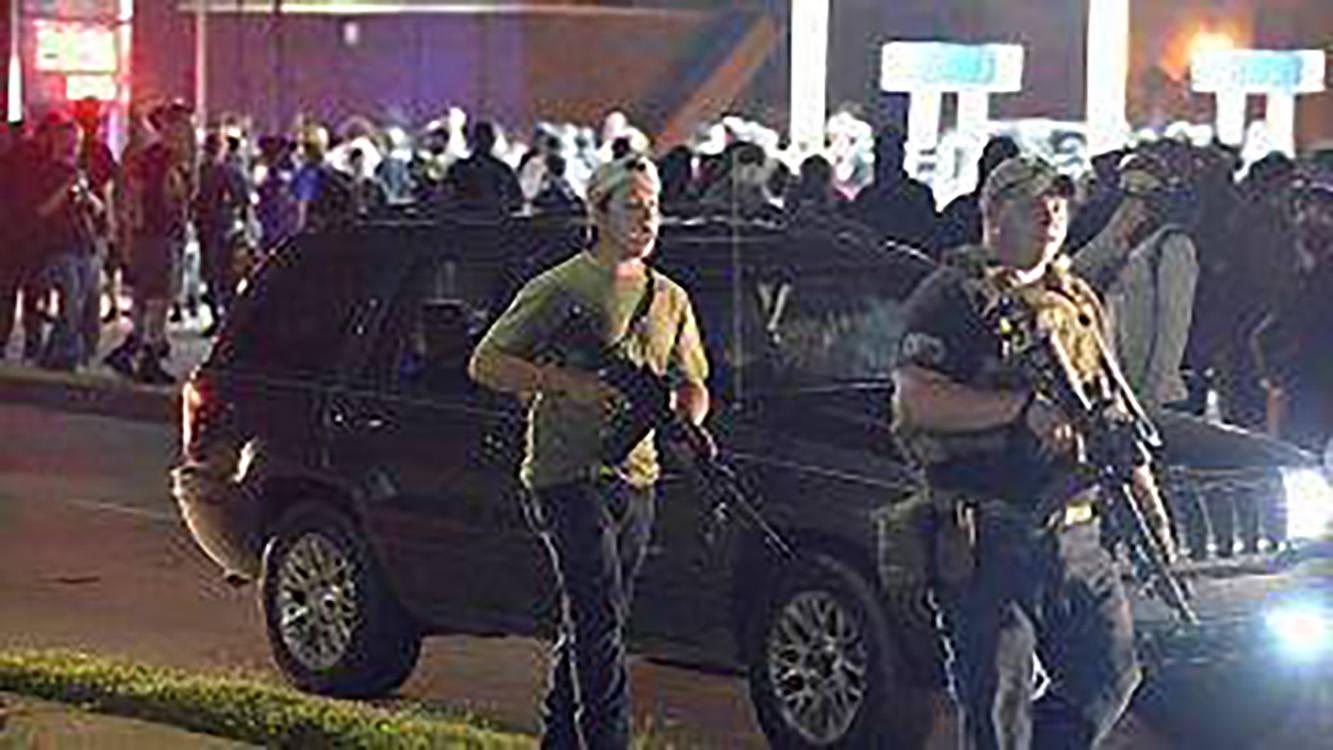 这名少年被指控在基诺沙枪杀了三名抗议