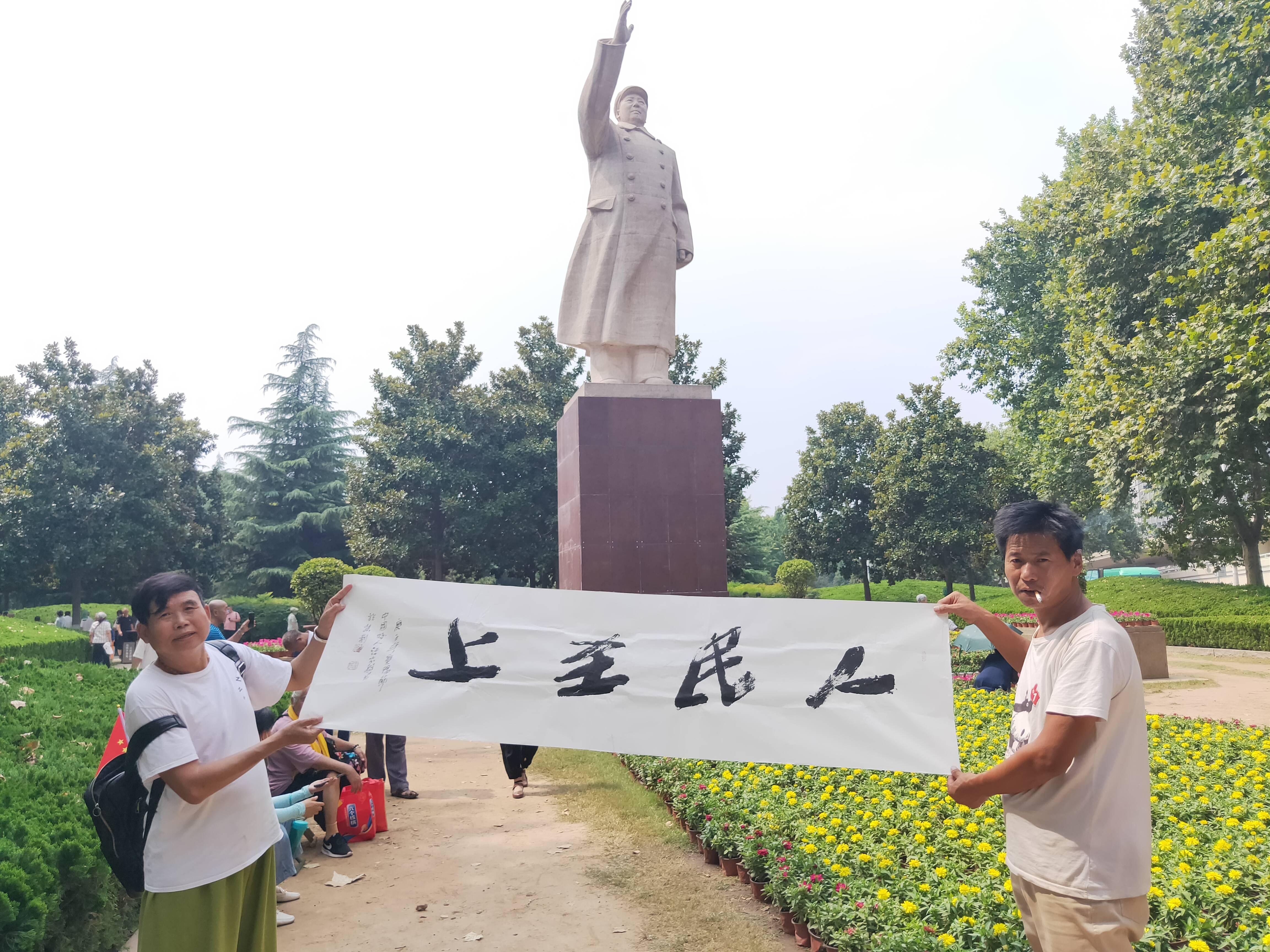 中国好人书法家汪太银紫荆山广场免费赠书籍