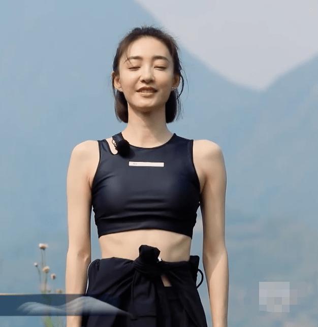 王丽坤早晨做瑜伽,当她坐姿伸开双臂向左转,身材比例遭妒忌