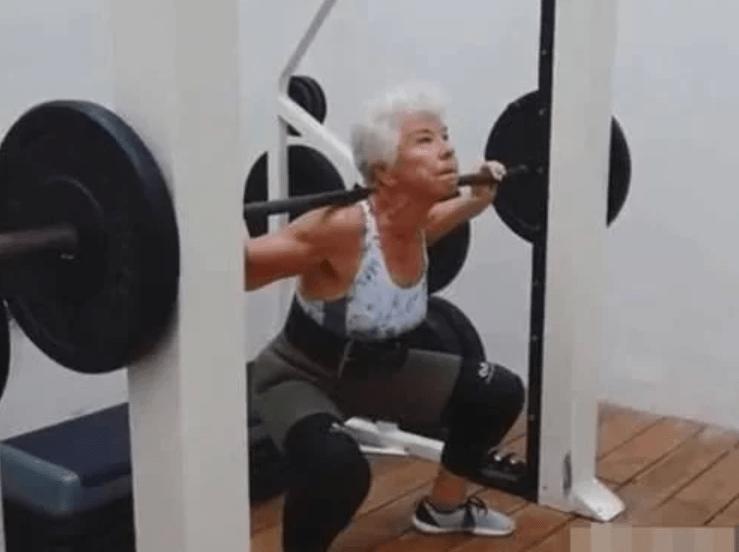 加拿大180斤老太太成功减重45斤,74岁活成47,奶奶也疯狂!