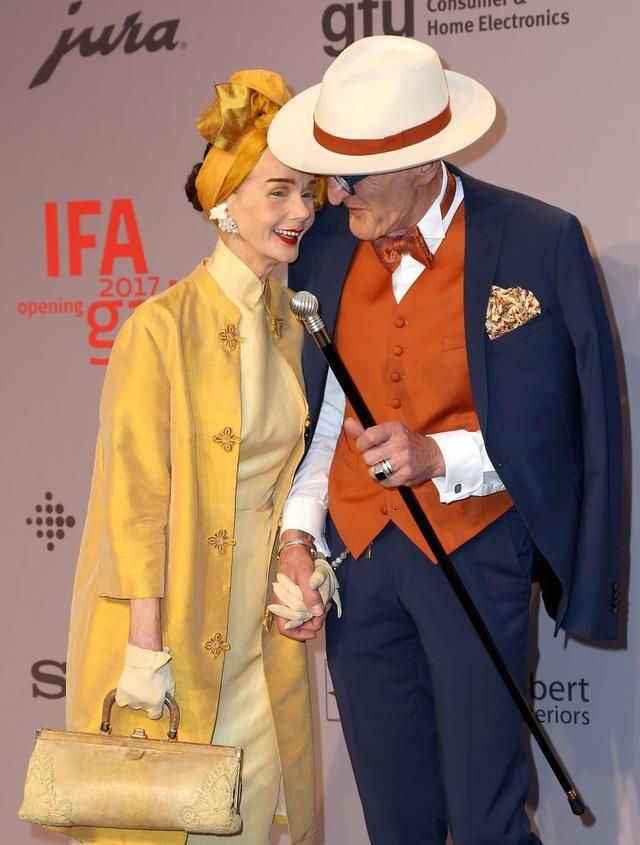 原创             年近80还能时尚,银发老夫妻穿着大胆配色出众,年轻人都自愧不如