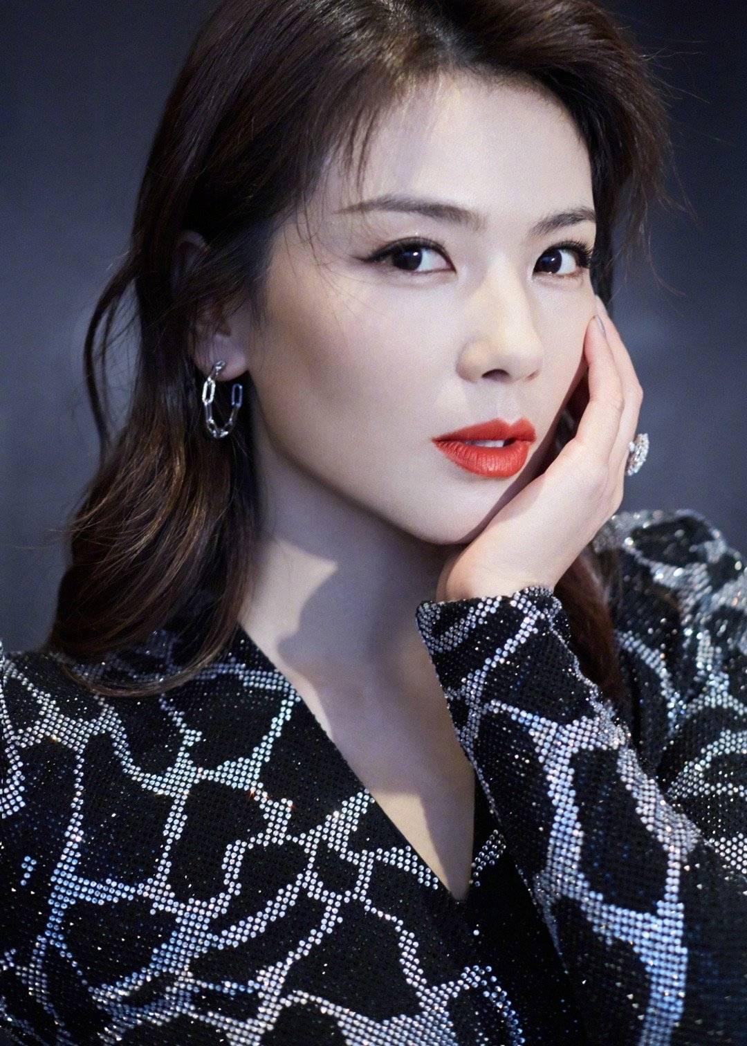 原创             刘涛太有魅力,穿豹纹亮片裙惊艳亮相,身材让人流口水
