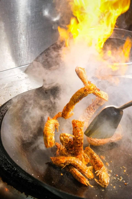脆香濑尿虾、爆汁乳鸭、酸辣虾生!就不怕被挤爆吗?