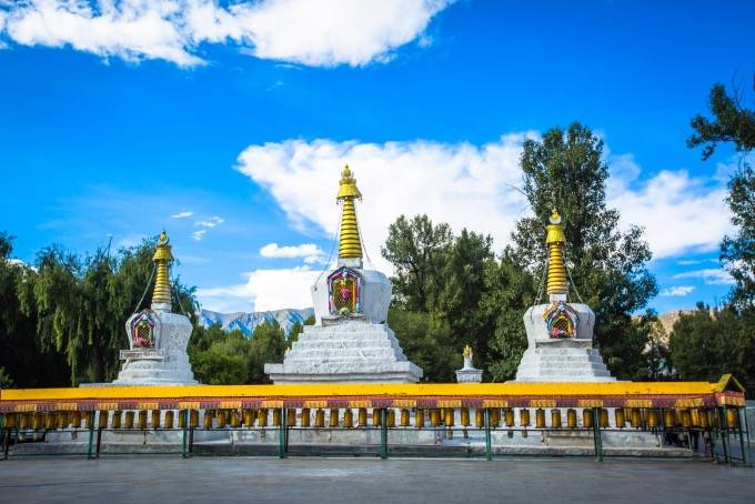 原创             布达拉宫下有一条转经路,游客众多,这里的转经筒也是一道风景