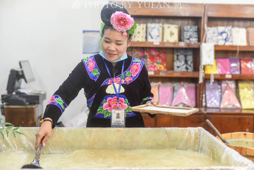 千户苗寨古法造纸传承千年,游客可亲自体验,感受厚重的非遗文化