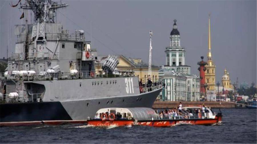 伏特加喝多了?俄軍百噸小艦大白天撞上萬噸巨輪,直接揚長而去