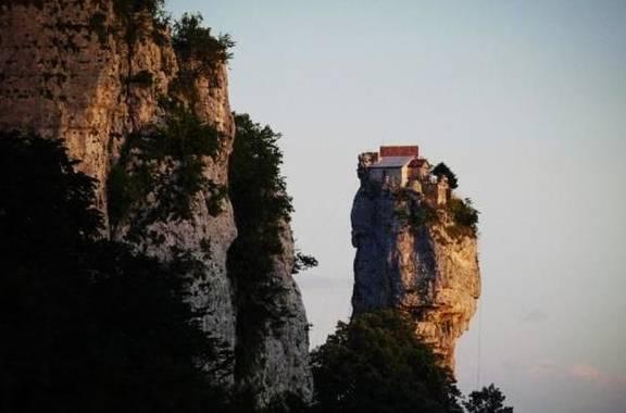 幾十米高石柱上建小屋,老人在此隱居多年,爬上爬下要花一小時