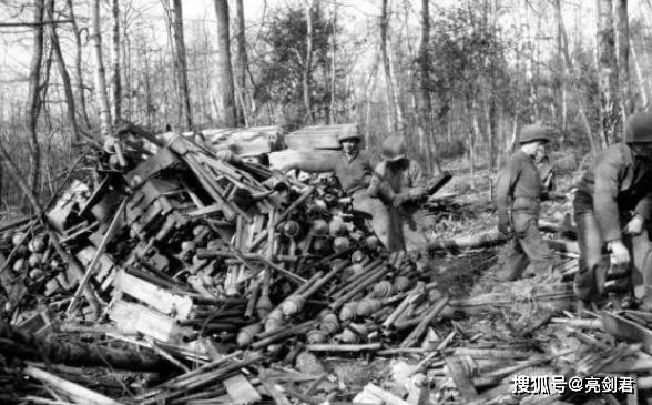 二战结束武器如何处理?坦克就地大甩卖,战机堆在一起用炮轰