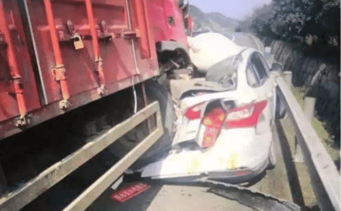 云南一辆小型汽车被一辆卡车碾压 造成四