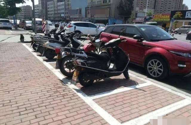 摩托车车主要注意,以后乱停车将要面临处罚,还有可能被扣车子