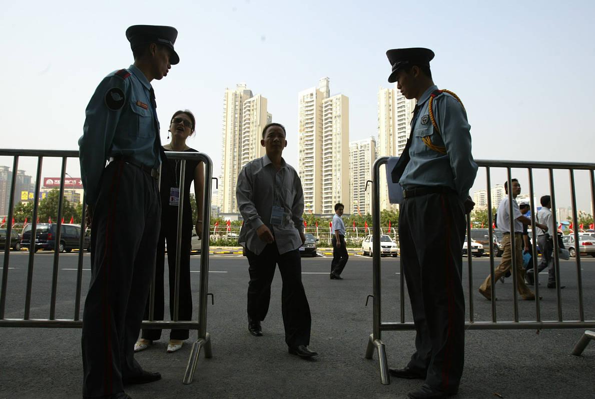 武汉武昌:业主举报物业违章建筑 采访时