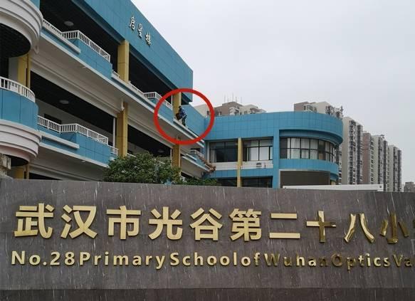 """武汉光谷二十八小学""""穿越""""围栏建设无安静措施"""