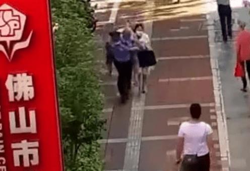 感动!去医院的路上 堵车的辅警把老人冲刺了