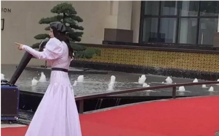 49岁杨钰莹打扮娇嫩,在小县城卖力商演场面尴尬